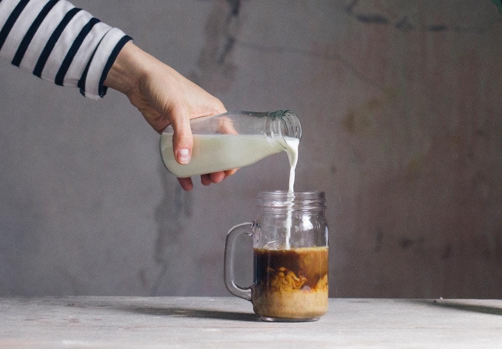 ریختن خامه در قهوه