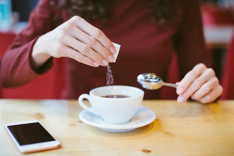 ریختن نمک در قهوه