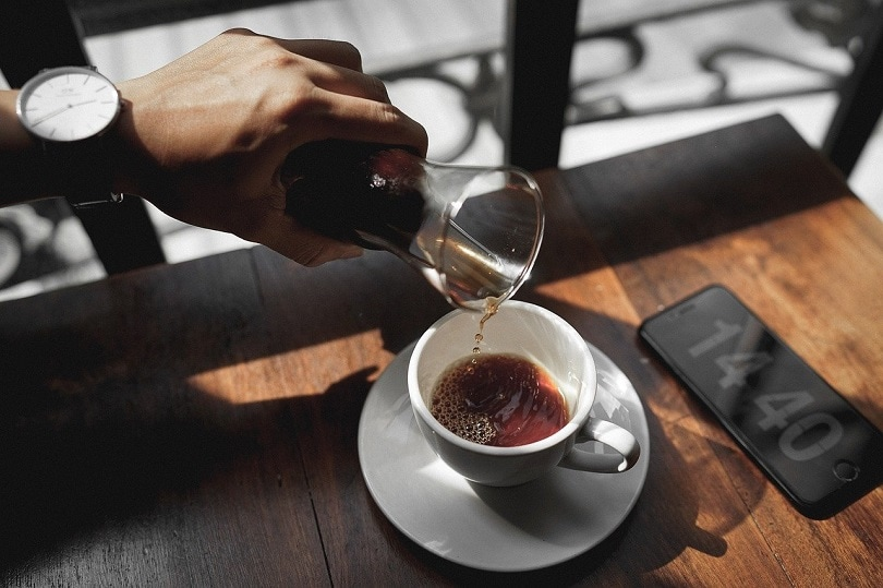 ریختن قهوه در فروشگاه pixabay