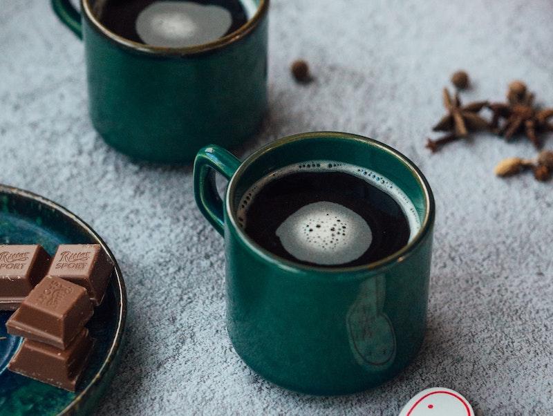 شکلات در مقابل قهوه