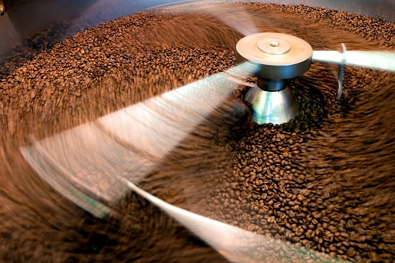 دانه های قهوه در حین فرآیند بو دادن_الگستر_خاک شکن