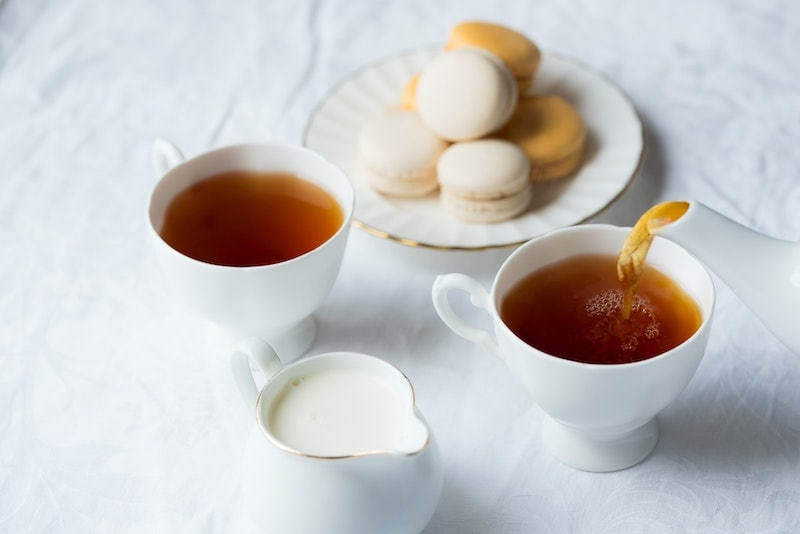 coffee creamer in tea with macaroons
