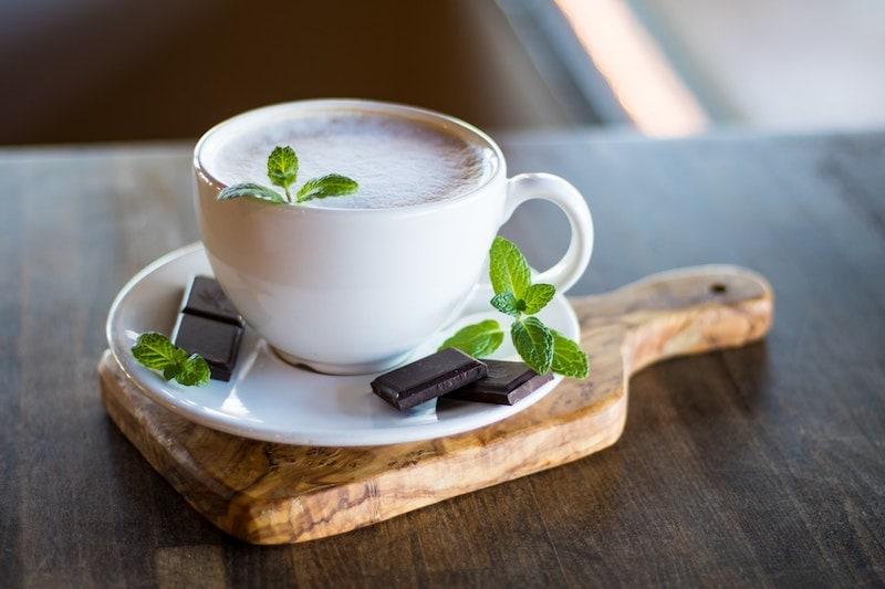قهوه با شکلات و برگ نعناع
