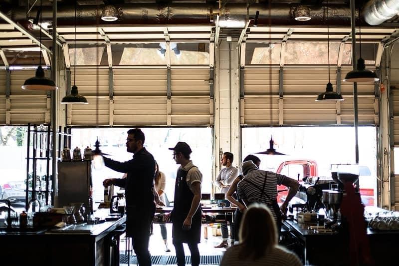 مردم در یک کافه