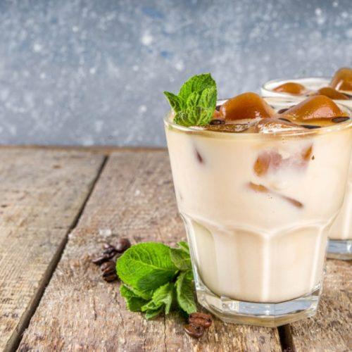 قهوه موهیتو نعنا همراه با مکعب های قهوه روی یخ