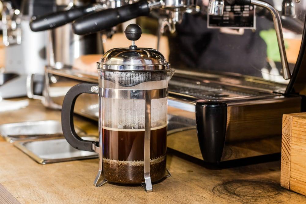 باریستا در مطبوعات فرانسه قهوه ای غیر متعارف تهیه می کند