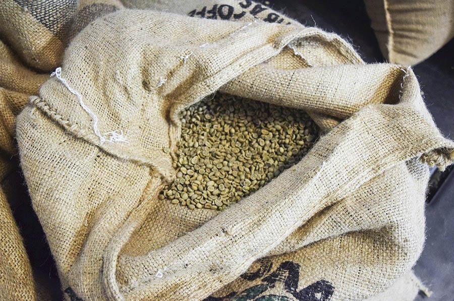 کیسه دانه های قهوه خام