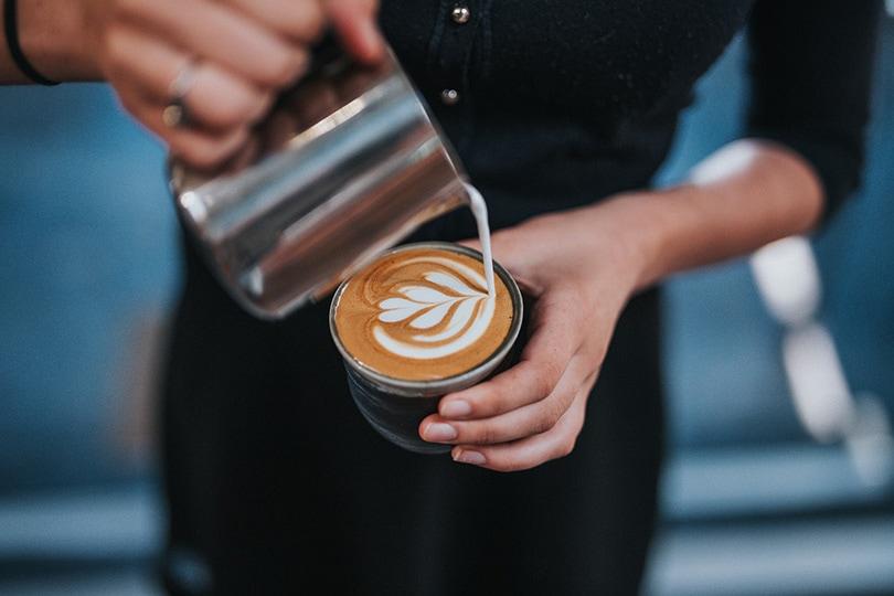 زن در حال تهیه قهوه لاته