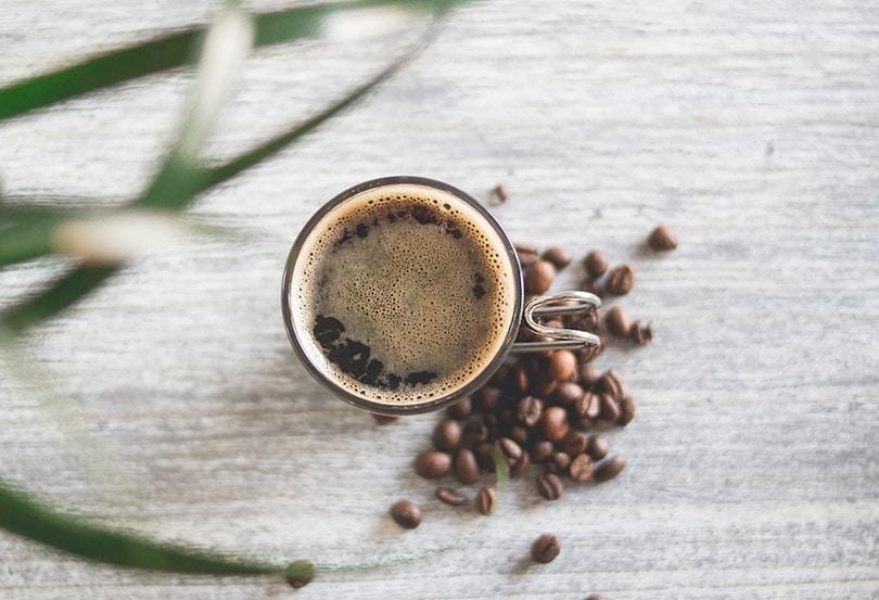 یک لیوان تمیز پر از قهوه