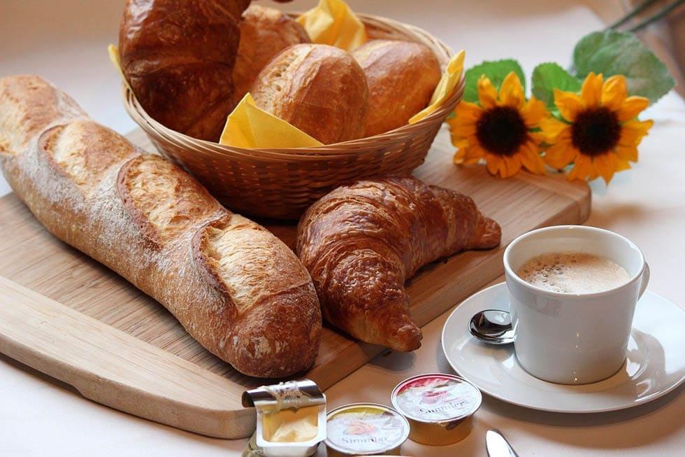 قهوه و نان برای صبحانه