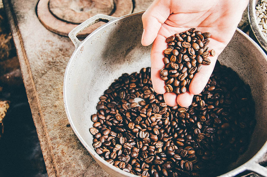 دانه های قهوه در ووک فولادی
