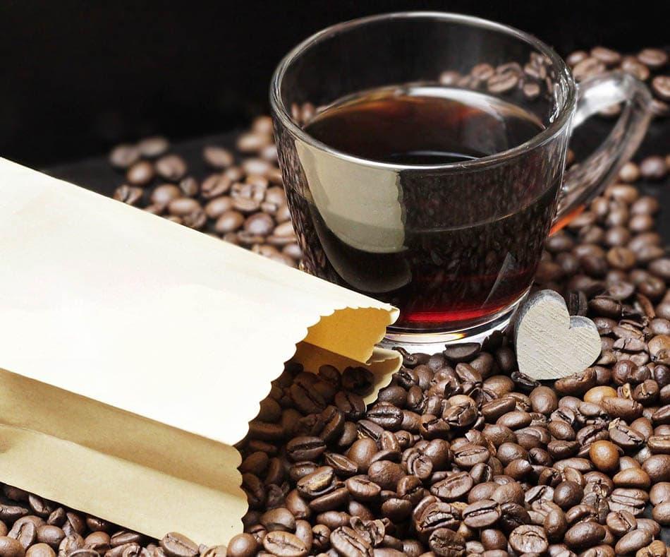 فنجان قهوه و دانه ها
