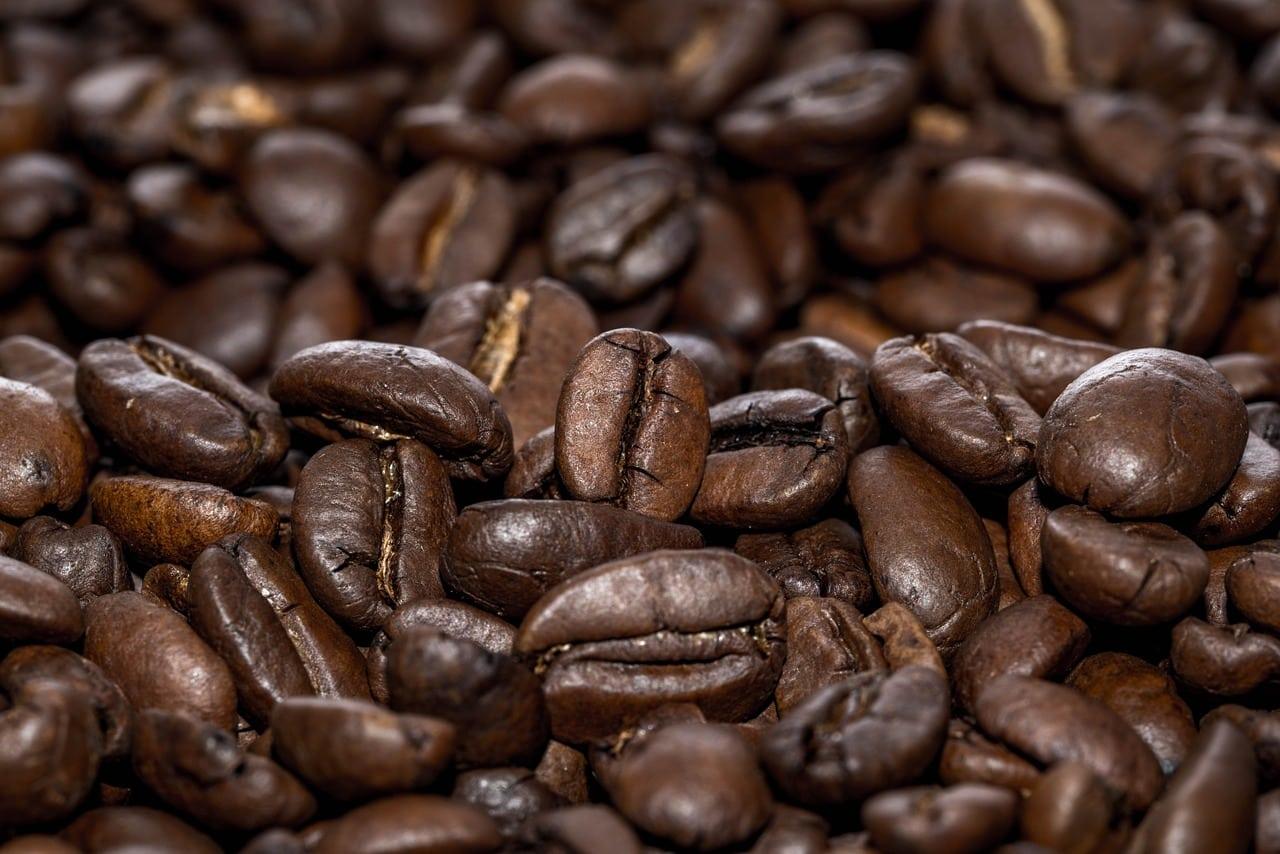 دانه های قهوه بو داده تیره