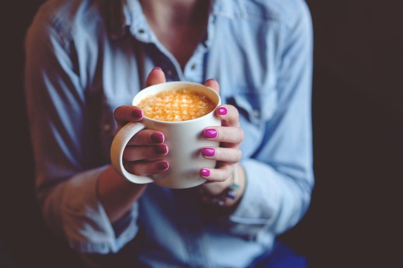 دستهایی که یک فنجان قهوه را در دست دارند