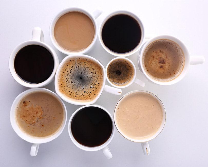 تعداد زیادی فنجان قهوه در زمینه سفید