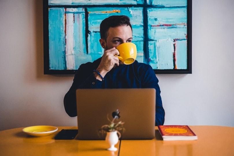 مردی که یک فنجان قهوه می نوشد