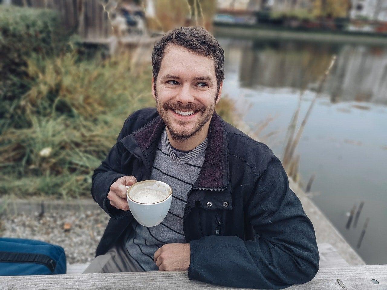 مردی که از یک فنجان قهوه لذت می برد