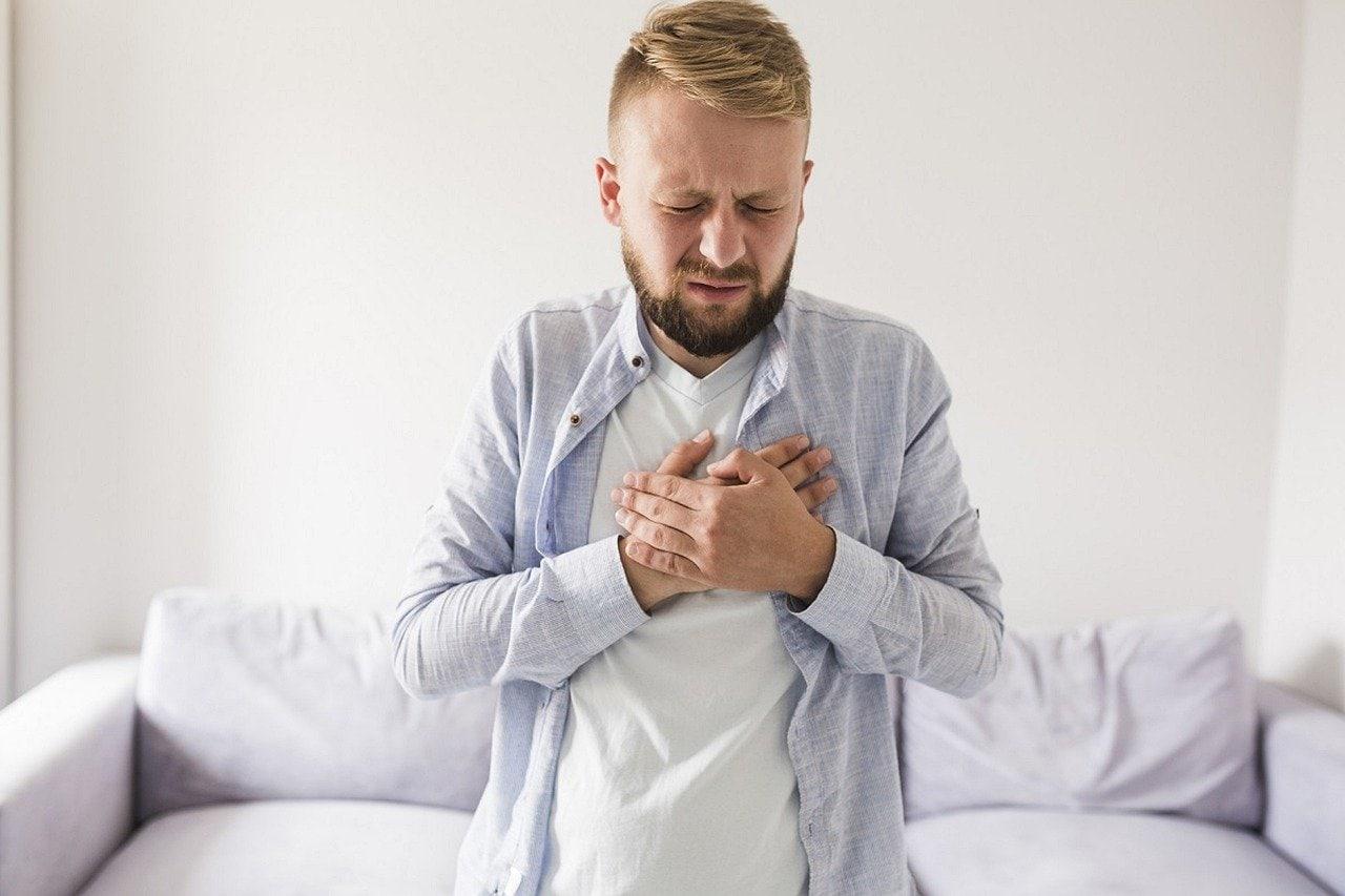 مردی که سوزش سر دل را تجربه می کند