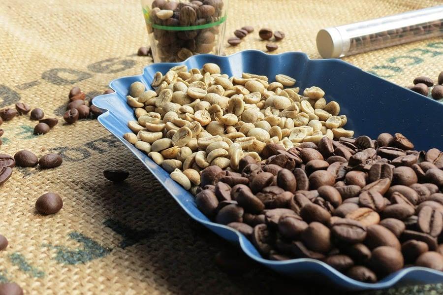 دانه های قهوه بو داده و دانه های قهوه خام