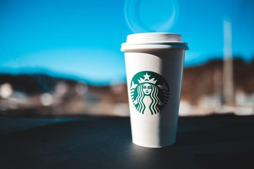 فنجان قهوه استارباکس روی داشبورد