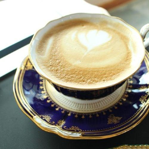 چای لاته در یک فنجان زیبا با نعلبکی