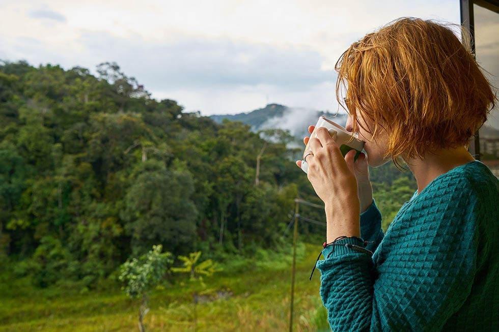 زن قبل از صبحانه قهوه می نوشد