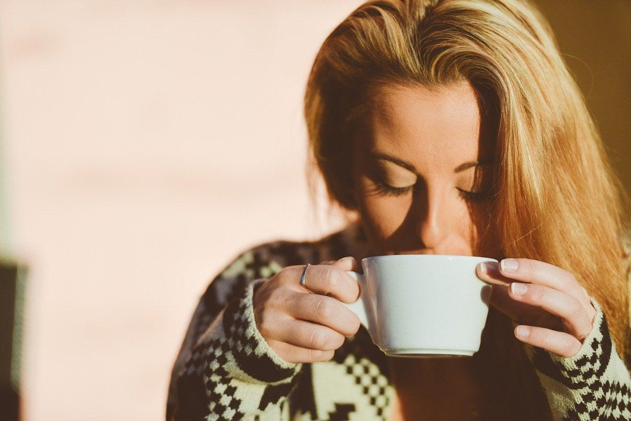 زن قهوه می نوشد